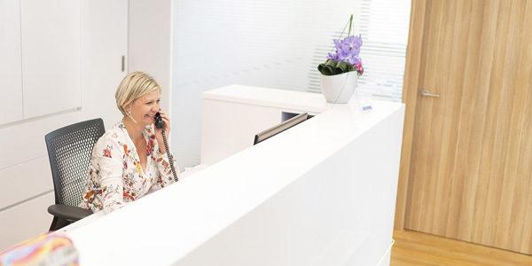 Frau rennies am Empfang der Zahnarztpraxis Waldheim
