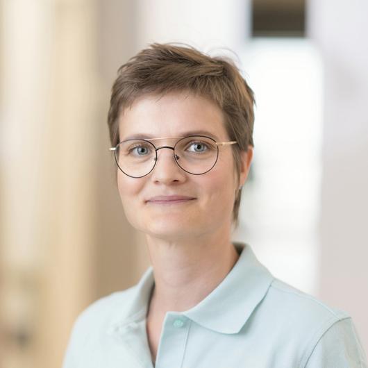 Portrait Anika Ellwanger, im Team von Dr. Jan Aleyt und Julia Hilbert