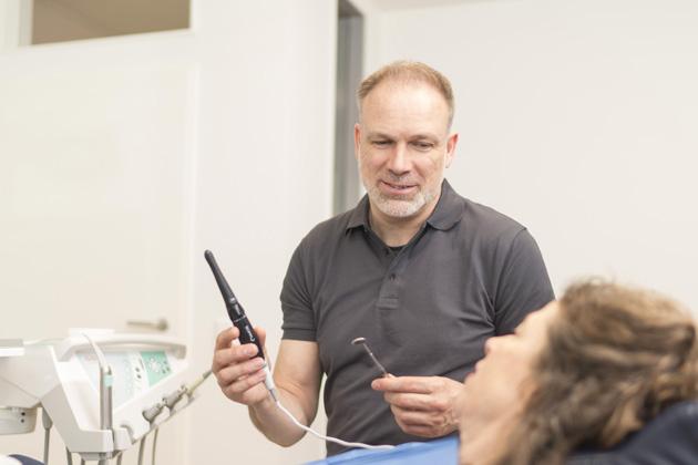 Dr. Aleyt erläutert die Funktionsweise der intraoralen Kamera