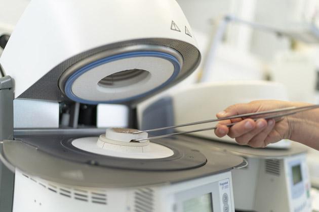 Ein hochtechnisches Gerät zur Herstellung von hochwertigem Zahnersatz