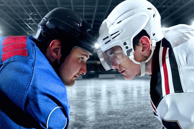Gut, dass diese beiden Eishockeyspieler einen individuell hergestellten Sportmundschutz tragen!